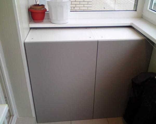 При полном остеклении балкона можно сделать шкаф высотой до подоконника