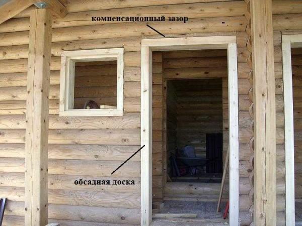 Установка двери в деревянном доме: сначала делают обсаду