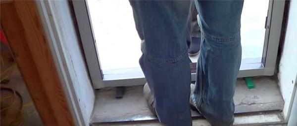 Ставим раму двери на монтажные подкладки