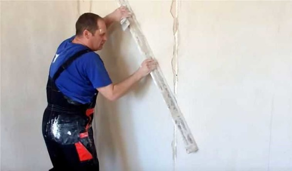 Проводя правилом в разных плоскостях, выравниваем стену окончательно