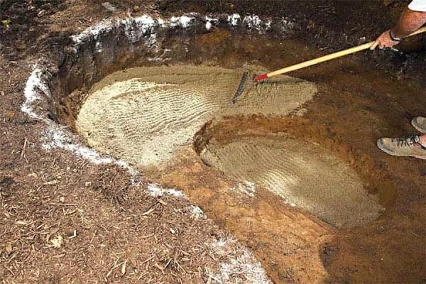 Песок сначала разравнивают граблями