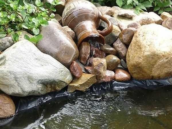 Часто встречающаяся ошибка при оформлении водопада - борта чаши не обложены камнем и пленка портит хорошую задумку