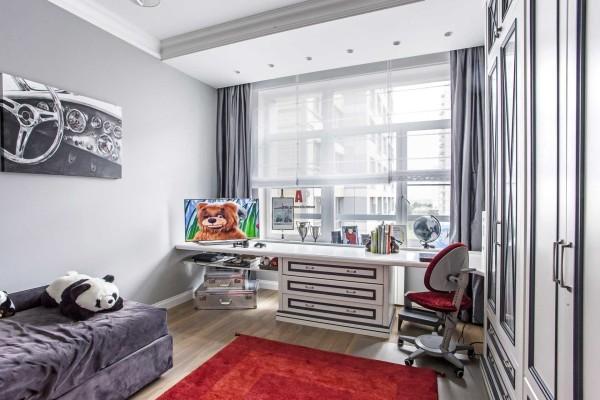 Дизайн детской мальчиковой комнаты в сером цвете с бордовыми акцентами