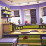 Это очень интересная идея - сделан подиум, из-под которого выезжают кровати. А сверху оборудованы рабочие места