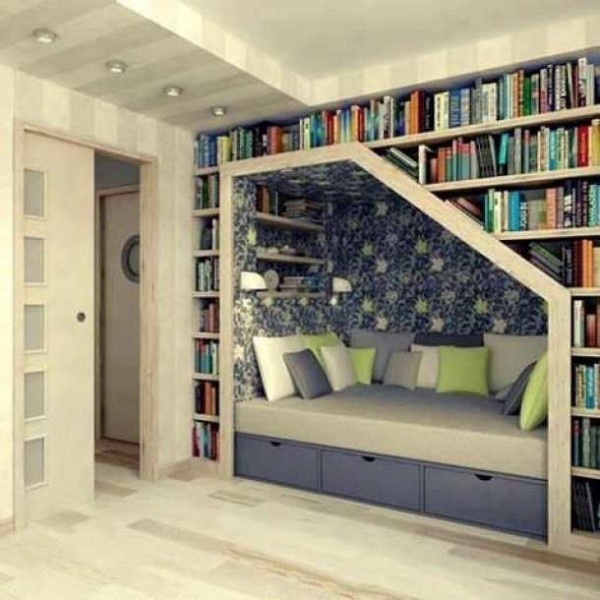 Использовать место над кроватью для хранения книг