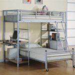 В маленькой детской комнате экономить место можно за счет двухуровневого спального места