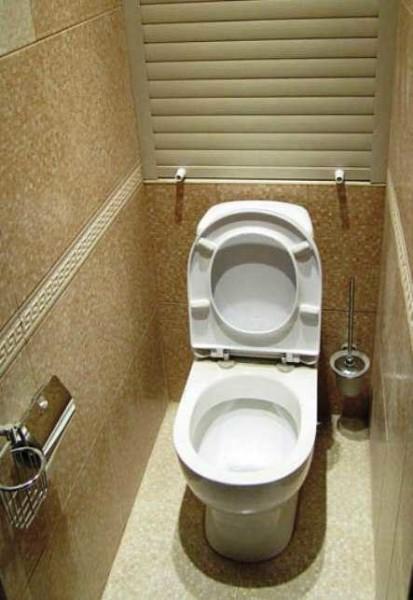 Сантехнический роллет в туалете