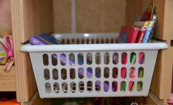 Как установить корзину для игрушек в стелаж