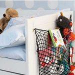 Любимые игрушки могут храниться в сетке на спинке кровати