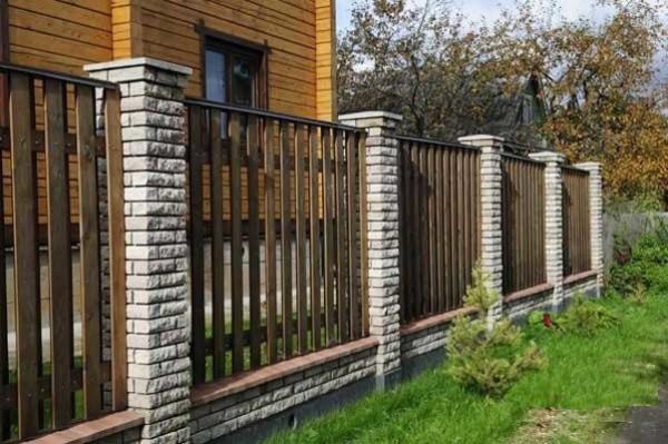 Рваный камень и штакетник - комбинированный забор