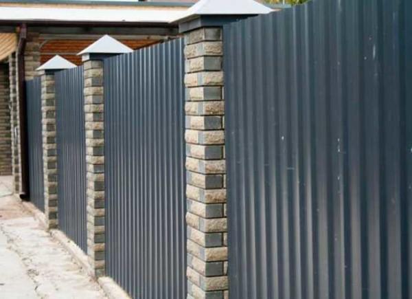 Декоративные столбы из кирпича украшают забор