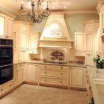 Сливочный цвет кухни с позолотой