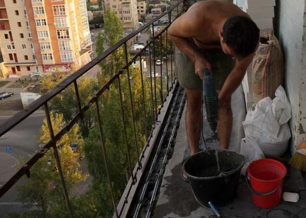 Если край балконной плиты неровный, его бетонируют