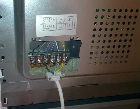 Клеммная колодка, к которой надо подключить электрический шнур