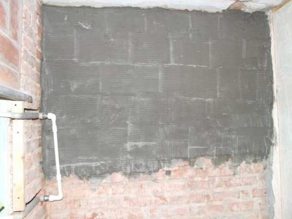 Первый слой для выравнивания заваленной стены