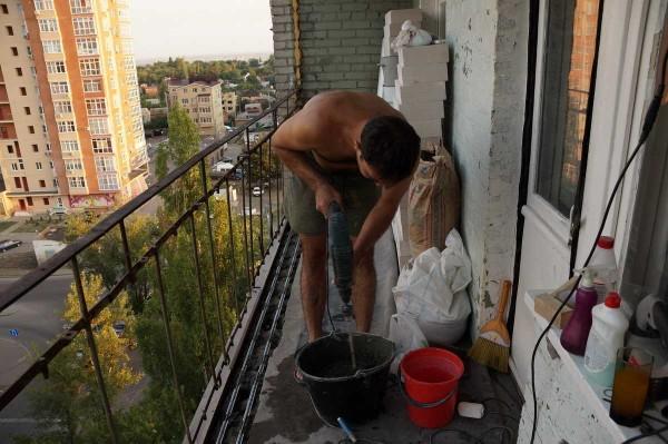 Выравниваем пол по краю лоджии чтобы можно было нормально уложить стенку из пенобетонных блоков
