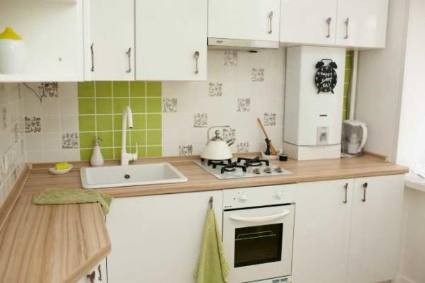 """Светлые фасады хорошо """"работают"""" на кухнях площадью до 6-7 кв.м."""