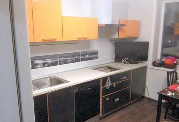 Когда все строительные работы окончены, собирают кухонный гарнитур