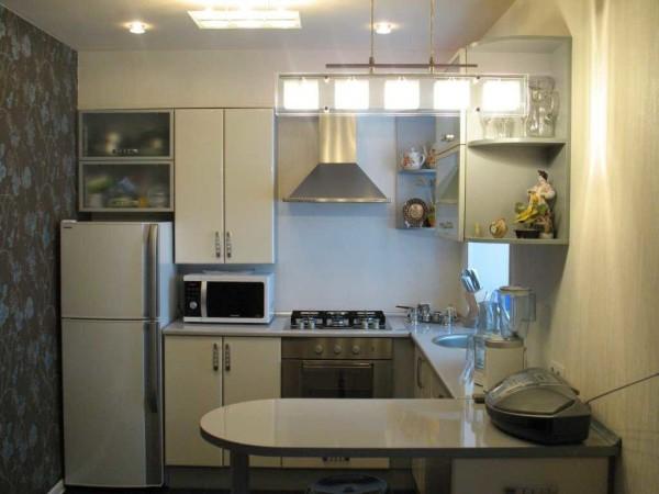 """Светлая мебель и белый потолок не дают ощущения """"загруженности"""" небольшого пространства"""