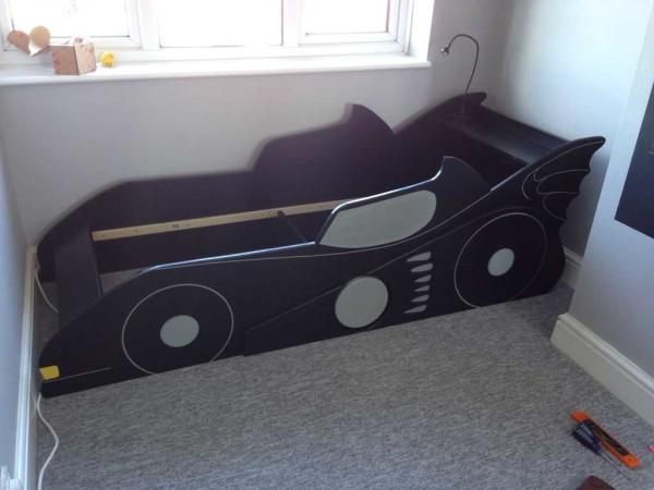 Примерно посередине устанавливаем упор - планку, фиксирующую требуемую ширину кровати