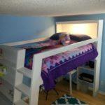 У этой кровати сделано широкое спальное место наверху, а полки находятся под ним
