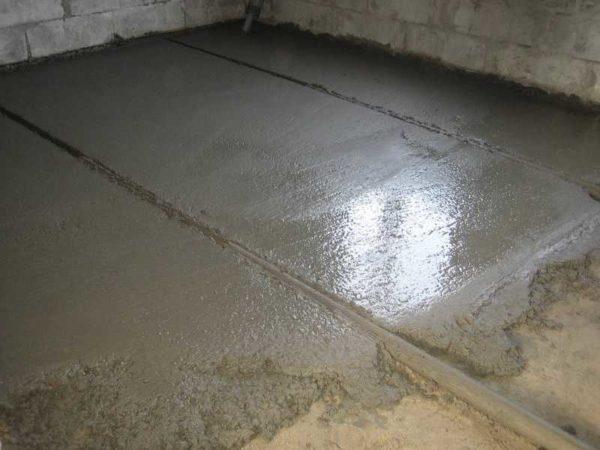 Так заливают бетонный пол в гараже по маякам