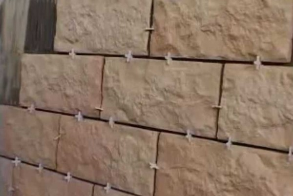 Крестики большого размера тоже подходят для отделки стен декоративным камнем