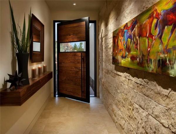 Одна из стен в коридоре оформлена декоративным кирпичом