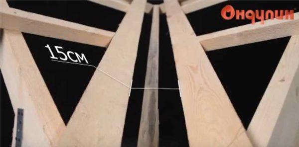 Под ондулин между двумя досками должен быть зазор в 15 см