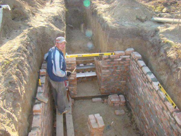 Кладка стен погреба из кирпича