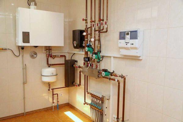 Вариант установки настенного газового котла - до стены не менее 10 см