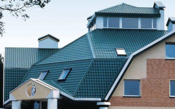 Так смотрится металлочерепица Каскад на крыше дома
