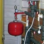 Расширительный бак отопления можно повесить на кронштейне