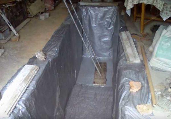 Выстилаем дно и стенки гидроизоляционной пленкой