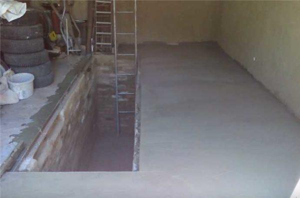 Заливка пола в гараже - уровень бетона по верхней кромке уголка