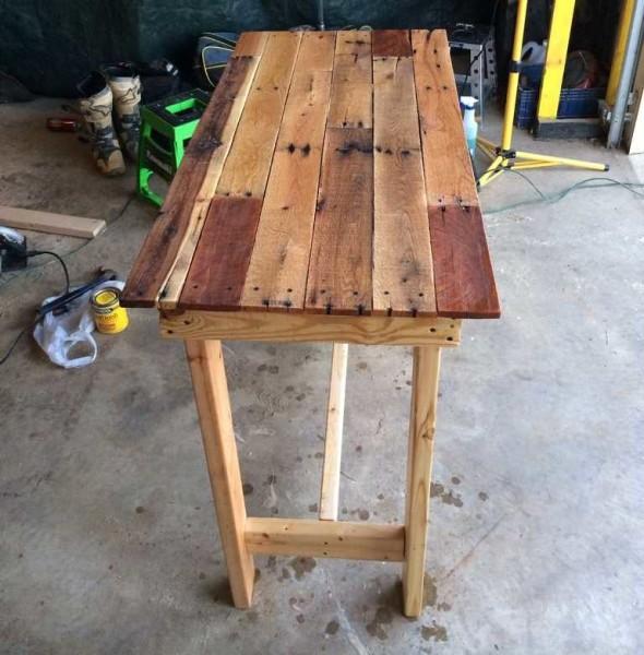 Сделанный своими руками стол для дачи готов к использованию