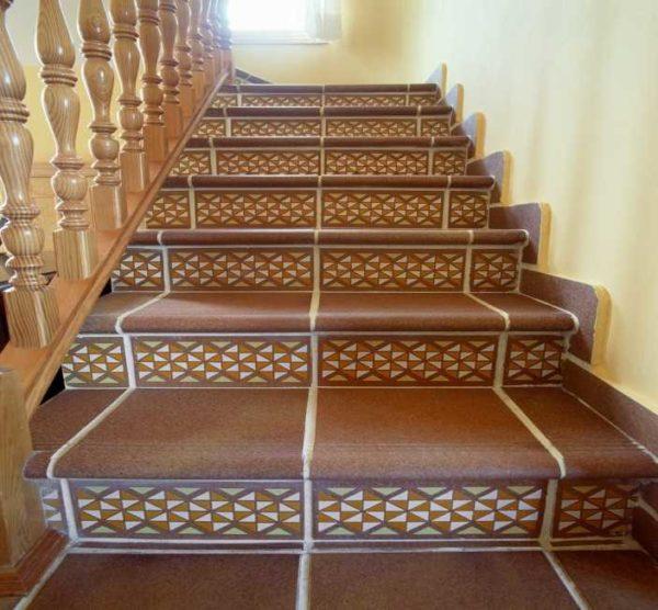 Лестница с уложенным керамогранитом будет красивой и удобно, за ней легко ухаживать