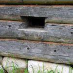 Пример формирования продуха в деревянном доме из бревна