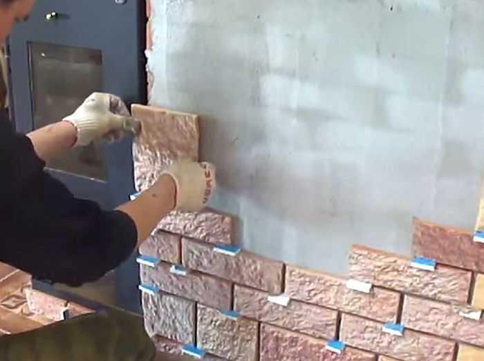 Швы между плитками удобно выдерживать при помощи кусочков гипсокартона