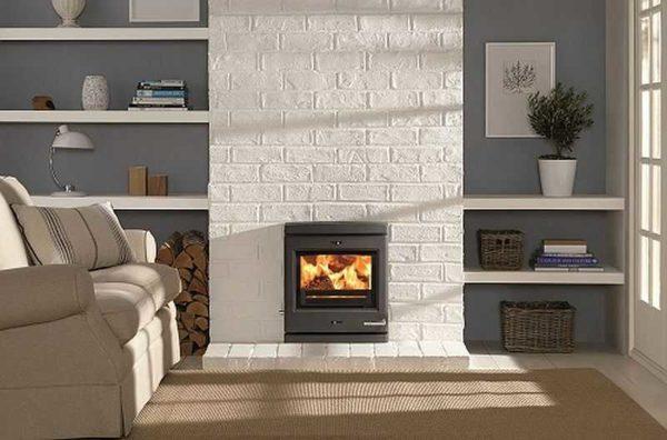 Есть два варианта добиться такого эффекта - покрасить существующий кирпичный камин или облицевать клинкерной плиткой