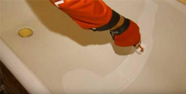 На дно ванной наливают немного грунта или эмали, раскатывают его по поверхности