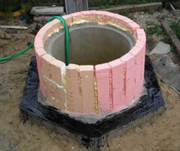 Утепляют септик из бетонных колец до уровня промерзания грунта с небольшим запасом (+20 см)