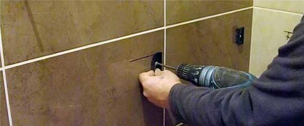 Установка крепления акриловой ванны к стене