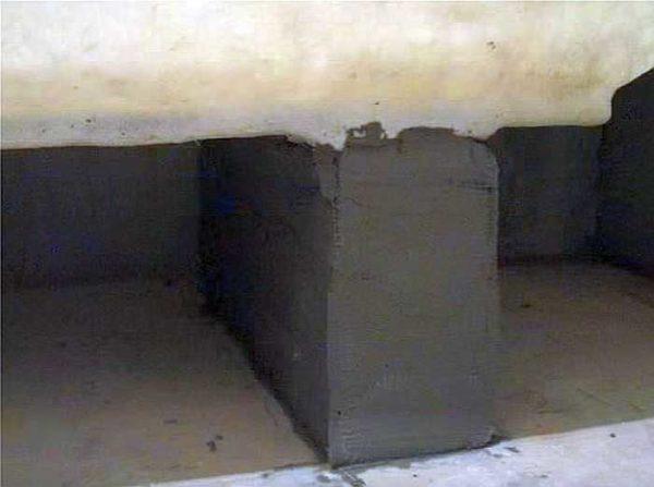 Так выглядит снизу акриловая ванна, поставленная на кирпичи