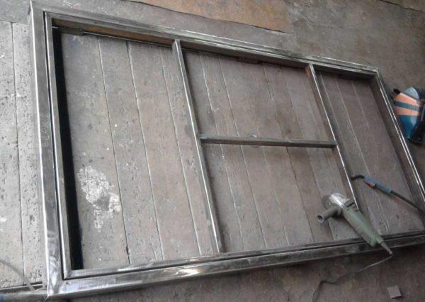 Коробка и рама самодельной металлической двери