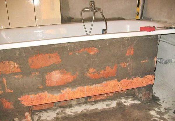Кирпичный экран под ванну готов к укладке плитки