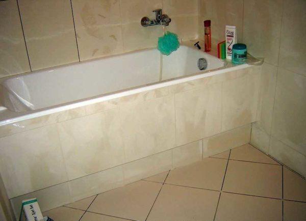 Экран из плитки под ванну готов