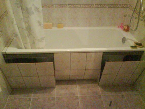 Экран под ванну своими руками можно сделать хоть с двумя выдвижными люками или полками