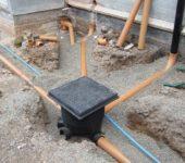 При устройстве ливневой канализации возле дома лучше использовать пластиковые трубы для наружного применения