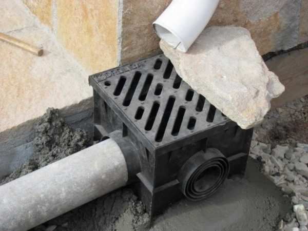 """Установка дождеприемника - залить бетоном и """"пригрузить"""" чем-то тяжелым, чтобы не выдавило"""